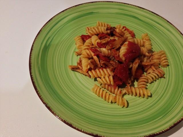 7riccioli,con,pomodori,sottolio,e,tonno Questa pasta riccia