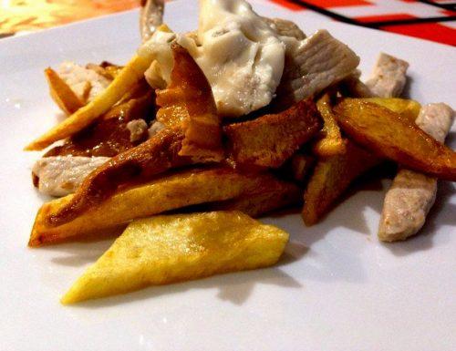 Finferli, patate fritte e carne di maiale al gorgonzola dolce