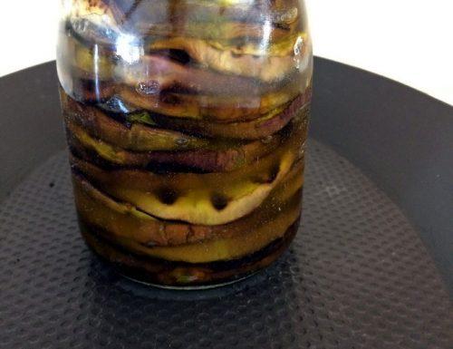 Melanzane arrostite  sott'olio, conserve per l'inverno