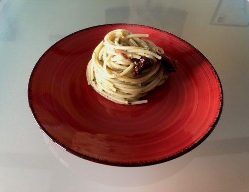 Spaghetti con pesto al basilico e pomodori secchi