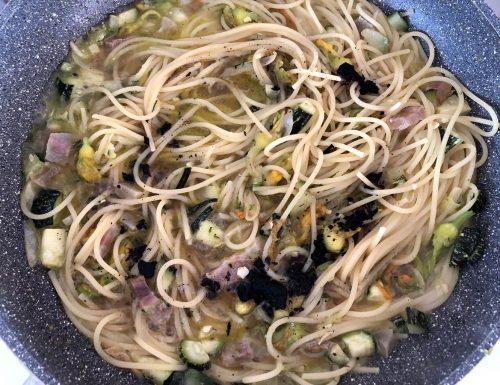 Spaghetti con fiori di zucca e aglio nero