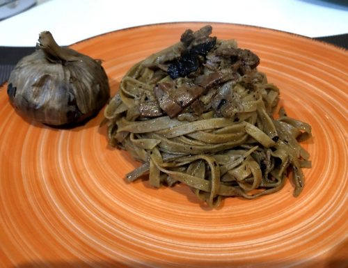 Tagliatelle al cacao con bacon e aglio nero