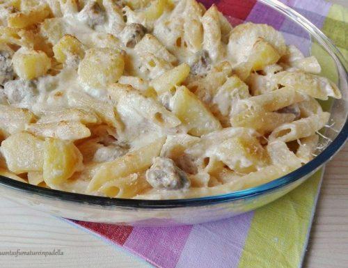 Penne al forno con patate, salsiccia e scamorza