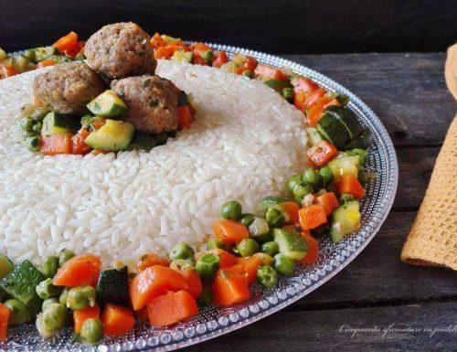 Anello di riso con verdure e polpettine