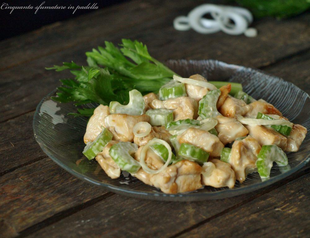 Insalata di pollo con sedano e cipollotti freschi