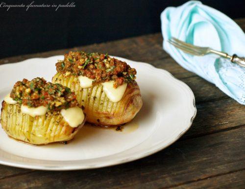 Patate hasselback con pesto di rucola e pomodori secchi