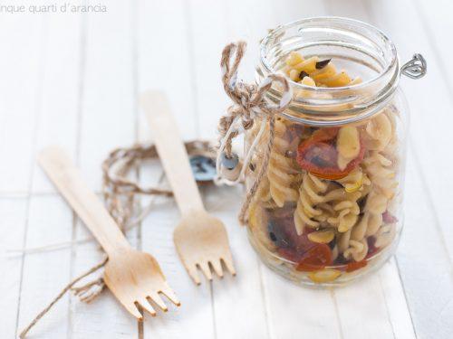 Fusilli con pomodori secchi olive e mandorle