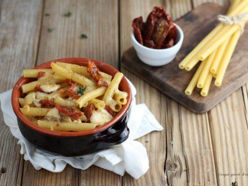 Ziti al forno con mozzarella e pomodori secchi