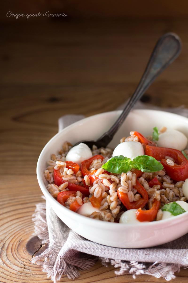 Insalata di farro peperoni e mozzarella, primo piatto freddo