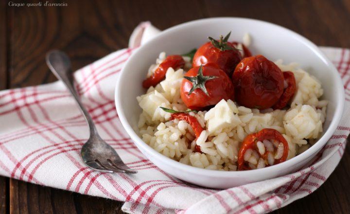 Riso freddo con pomodori al forno e mozzarella