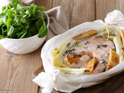 Salmone al forno con patate e cipollotti