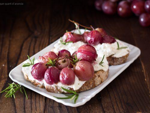 Crostoni ricotta e uva