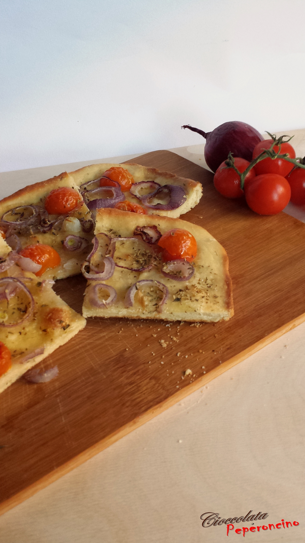 Focaccia cipolla rossa e pomodorini