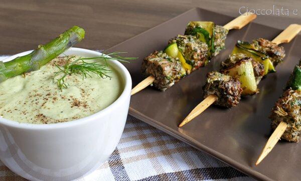 Spiedini di tonno con salsa di asparagi