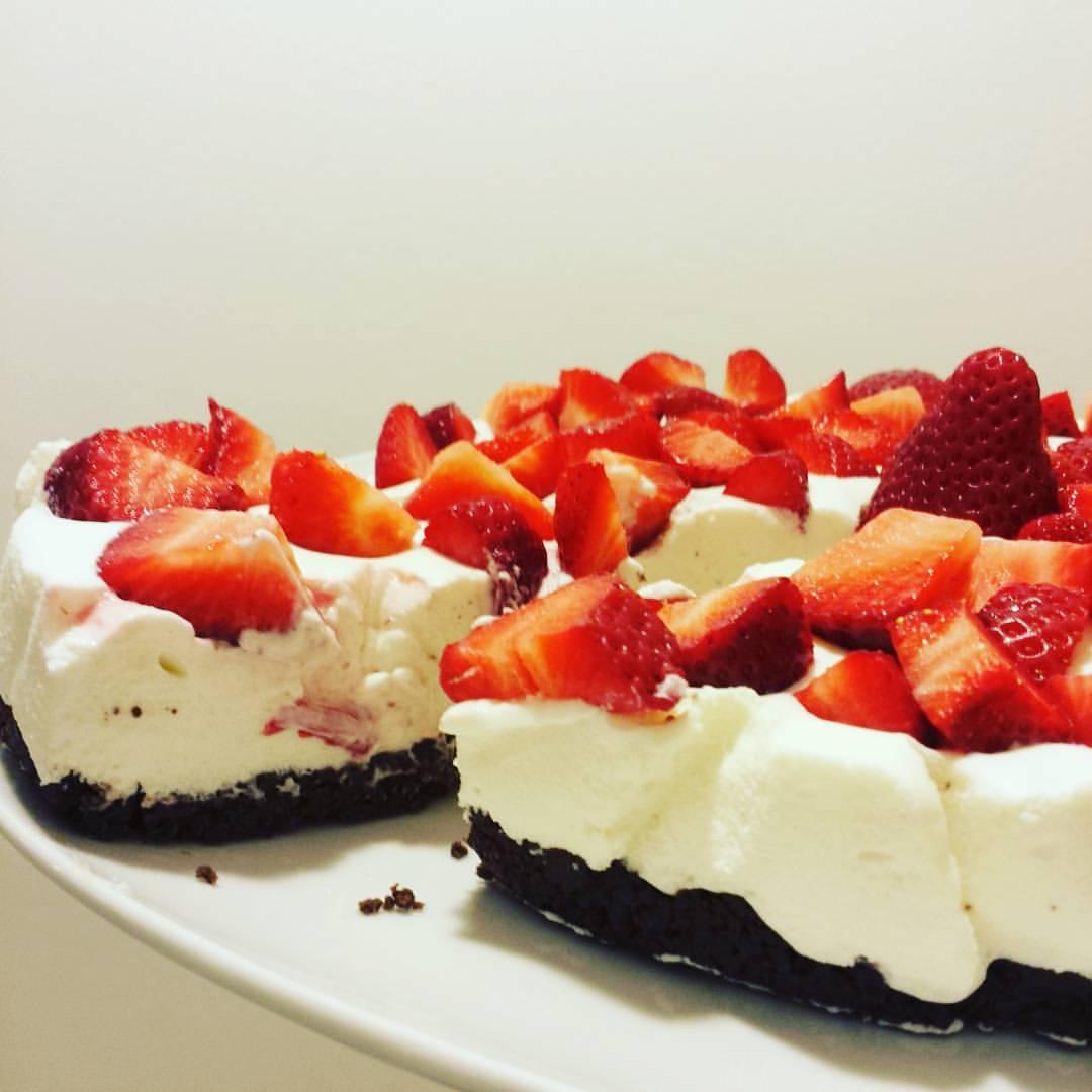 Torta fredda con crema al mascarpone e cioccolato bianco con fragole