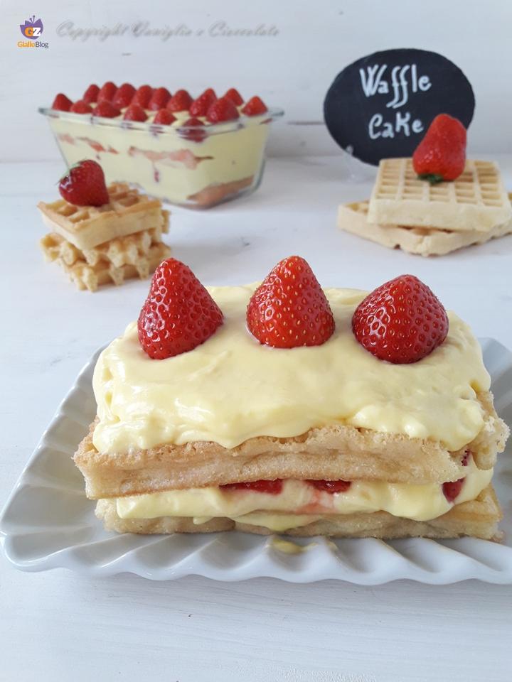 Torta waffle alle fragole. Un dolce al cucchiaio soffice come una nuvola