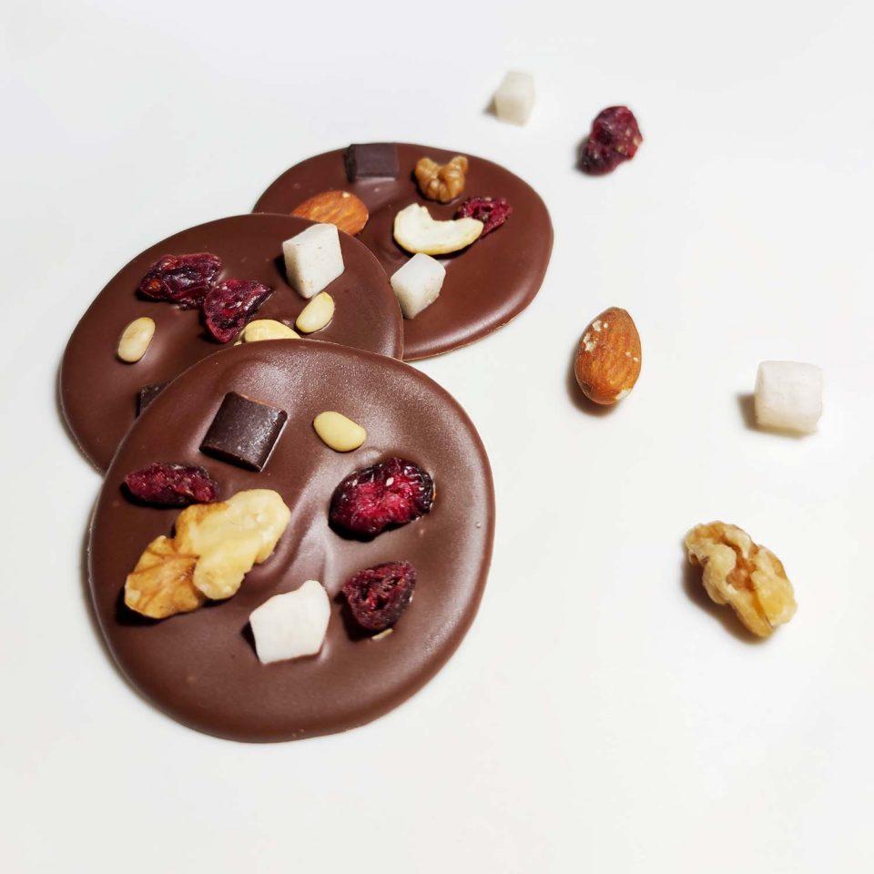 mendiants di cioccolato e frutta secca