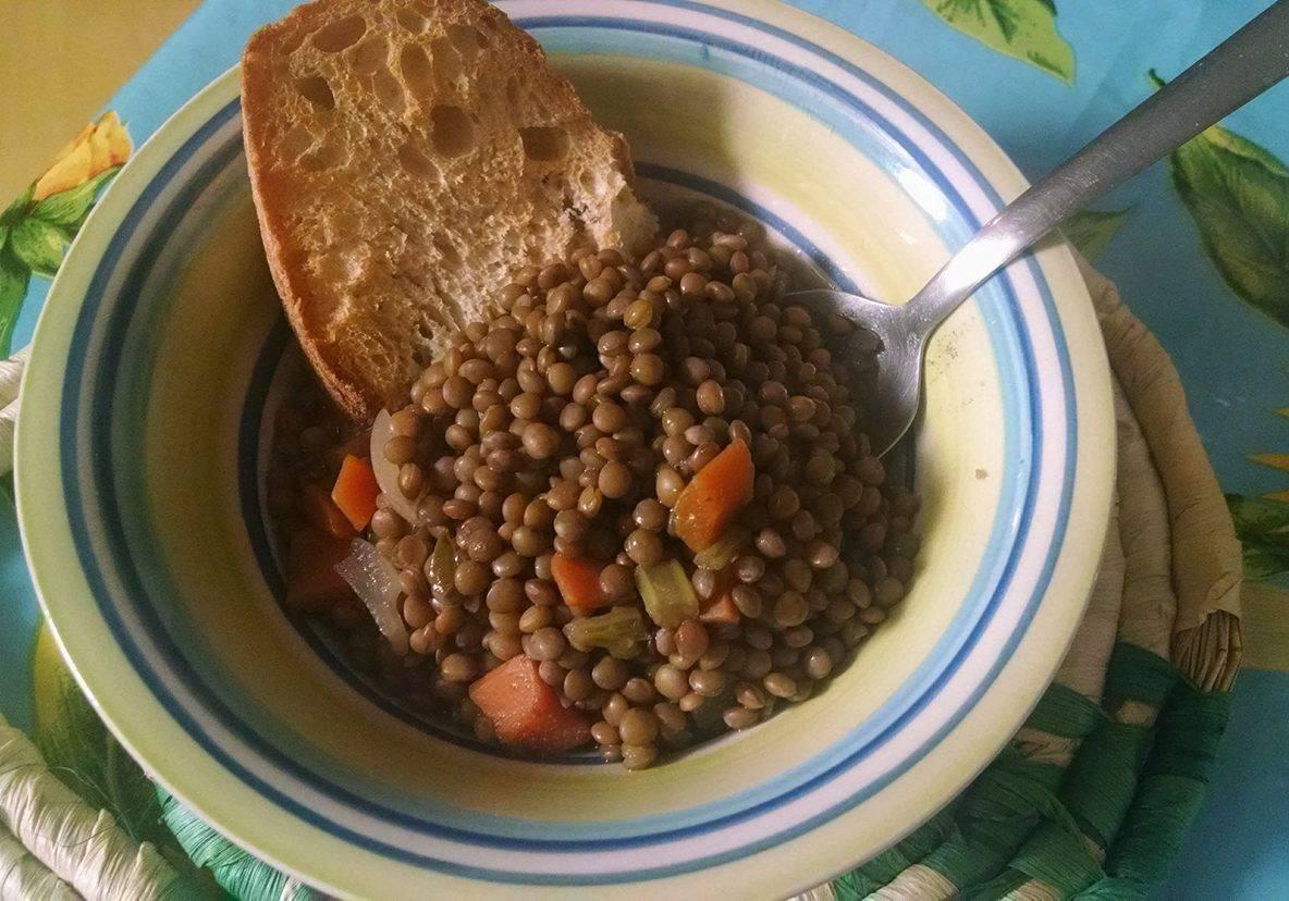 Zuppa di Lenticchie su un Soffritto di Verdure e Crostini di Pane