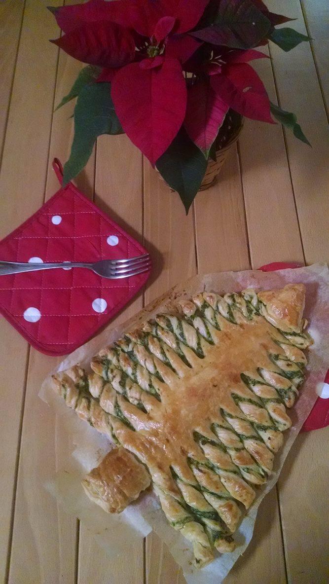 Albero di Natale di pasta sfoglia con ricotta e spinaci