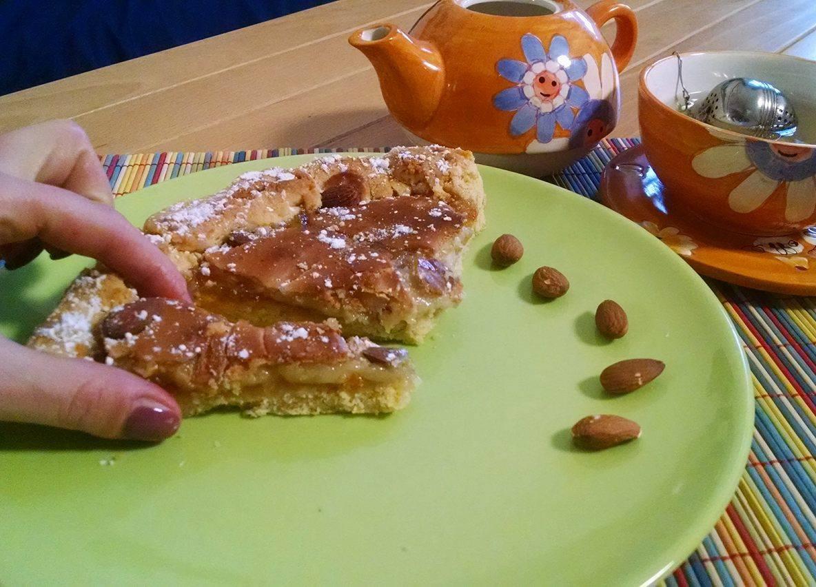 Crostata con marmellata di arance e pasta di mandorle.