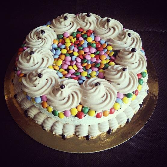 Torta alla panna con biscotti smarties e cioccolatini - Decorazioni per torte di carnevale ...