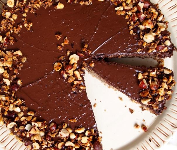 Dolce al cioccolato con bavarese alla vaniglia e nocciole