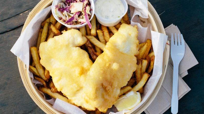Fish and Chips di merluzzo e salmone alla curcuma