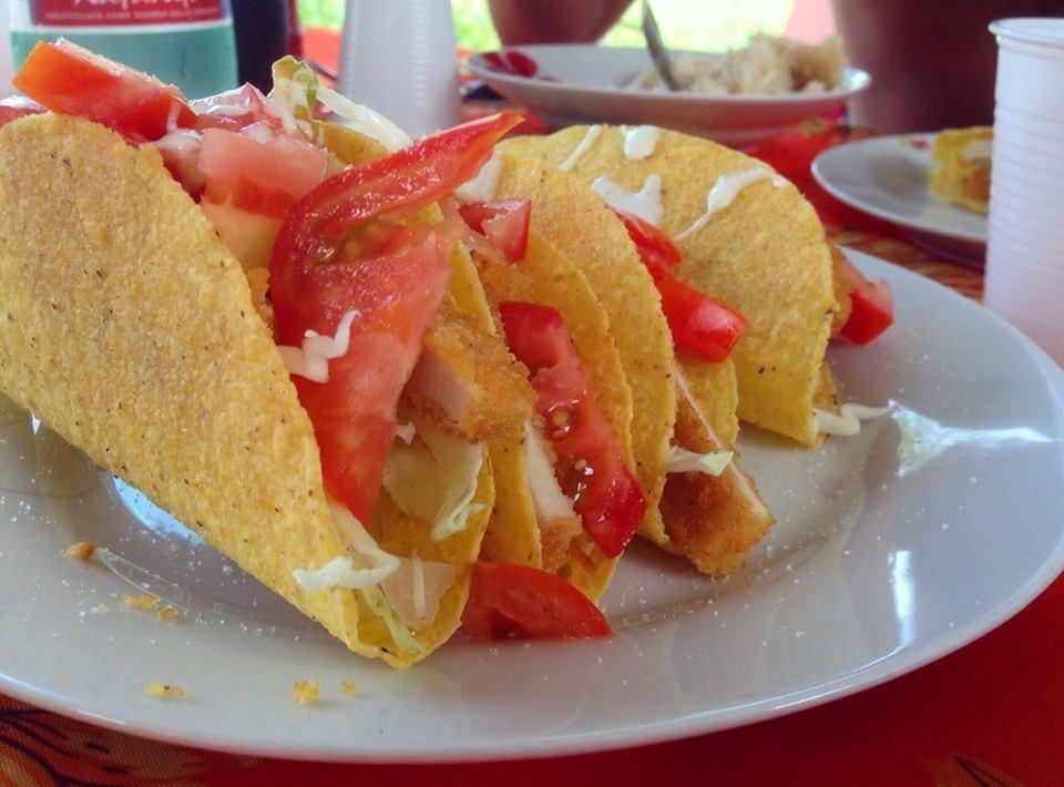 Tacos con pollo e salsa allo yogurt