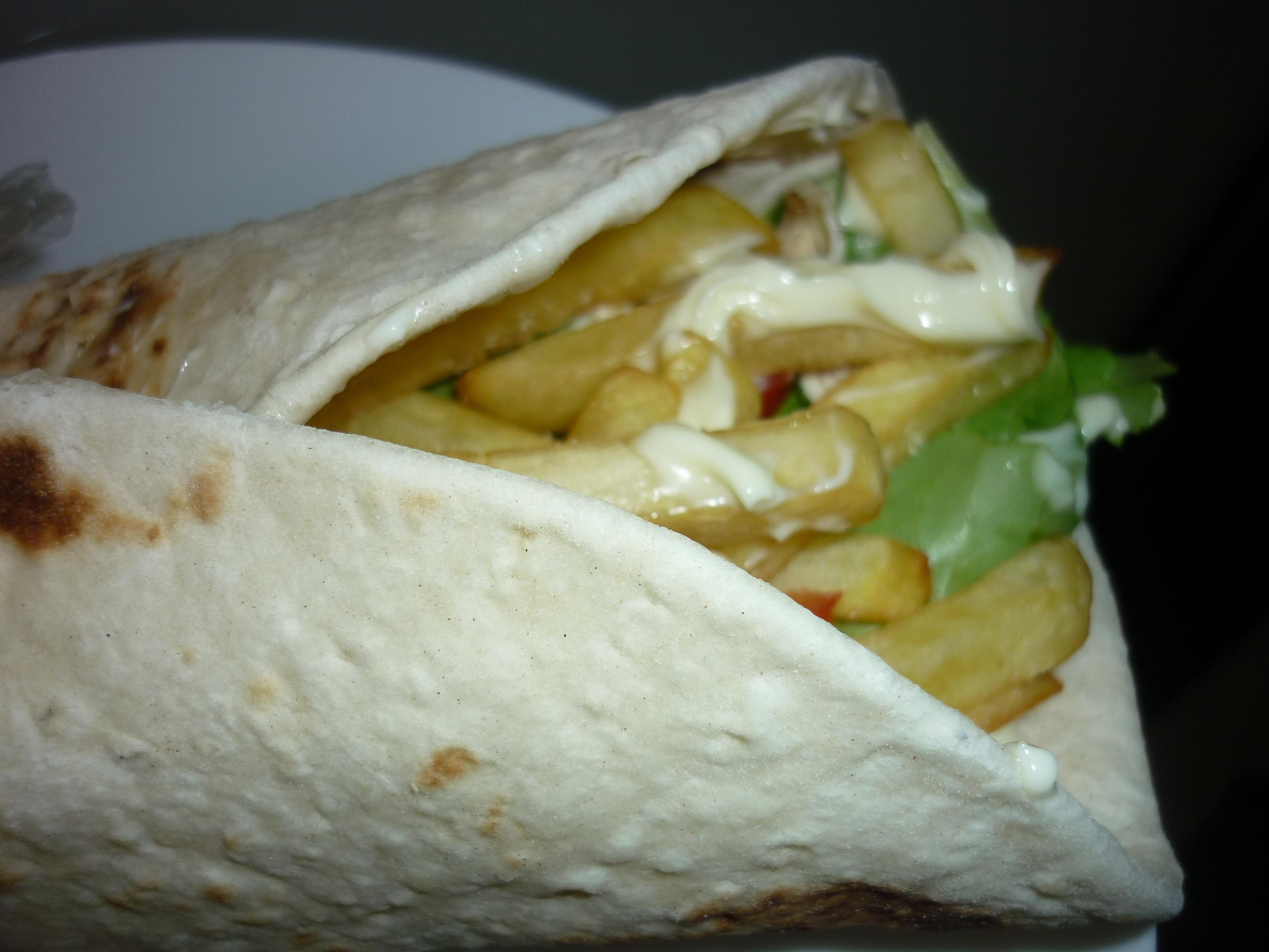 Piadine con pollo, insalata e patatine fritte