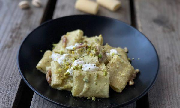 Pasta con burrata guanciale e pistacchi.