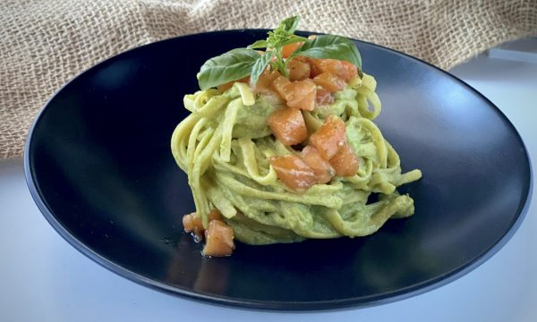 Pasta con crema di avocado pesto e tartare di salmone