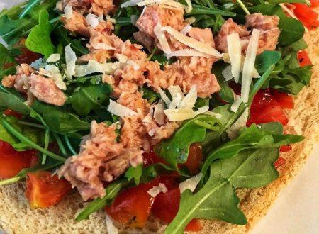 Crostone all'insalata con pomodorini e rucola