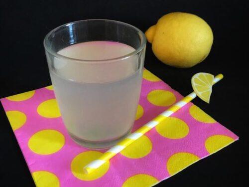Bevanda con limone e sambuco