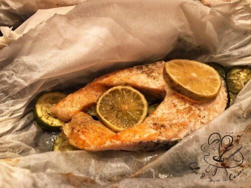 Salmone al cartoccio, con limone e zucchine