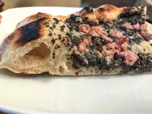 Pizza con tartufo e salsiccia