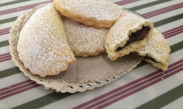 Biscottini mezzelune con nutella