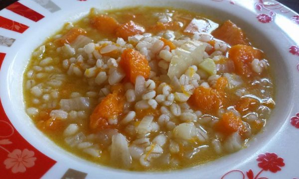 Zuppa di orzo con zucca finocchi e scalogno