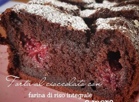 Torta al cioccolato con farina di riso integrale e more