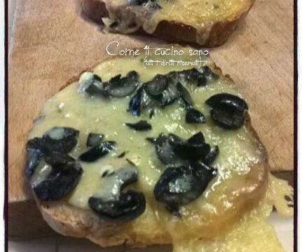 Pane formaggio e olive: come riciclare il pane raffermo in modo gustoso.