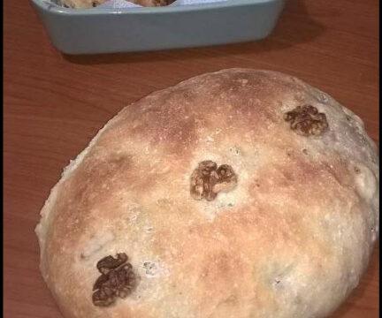 Pane alle noci. Un pane a lunga lievitazione e digeribile. Perfetto da solo o come accompagnamento di contorni vari. Da provare.