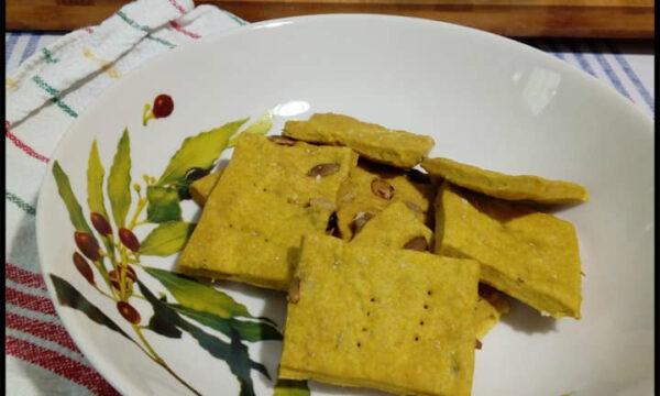 Cracker alla curcuma, erbette e semi di zucca