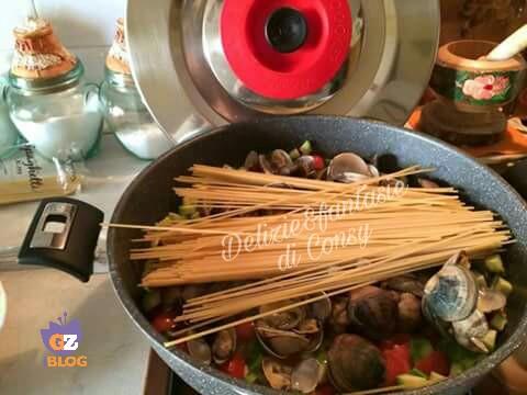 Spaghetti vongole e zucchine in padella