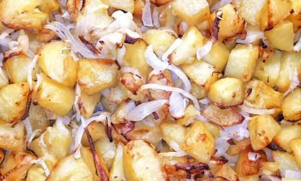 Patate e julienne di cipolle al forno