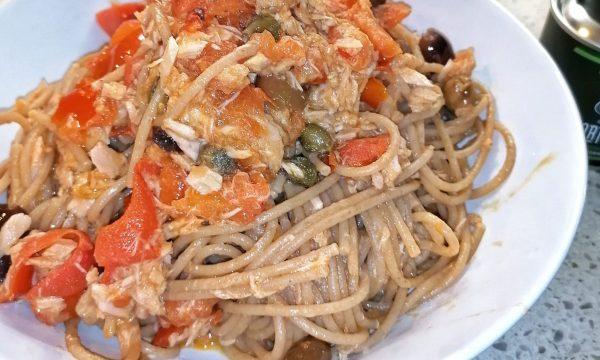 Spaghetti integrali con tonno, pomodorini, capperi e olive