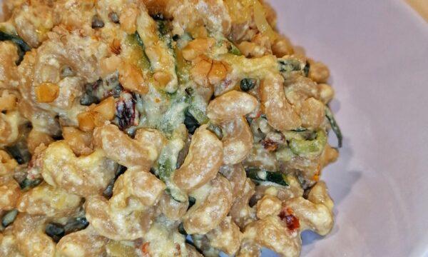 Cellentani integrali con crema di ricotta e curcuma, pomodori secchi, julienne di zucchine e noci