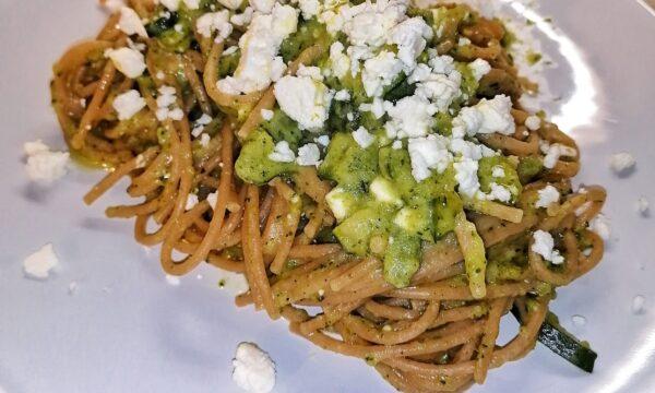 Spaghetti intregrali con crema di zucchine e feta sbriciolata