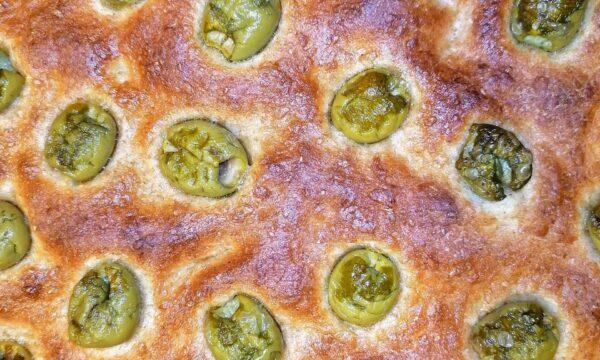 Focaccia integrale con olive verdi