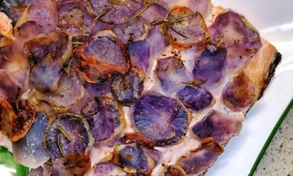 Salmone in crosta di patate viola