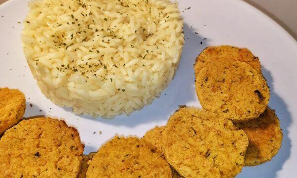 Falafel di ceci con riso pilaf aromatizzato alla curcuma