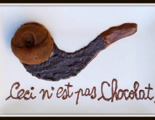 """Tortino al cioccolato con cuore fondente di liquirizia (la """"non-pipa"""" di Magritte)"""